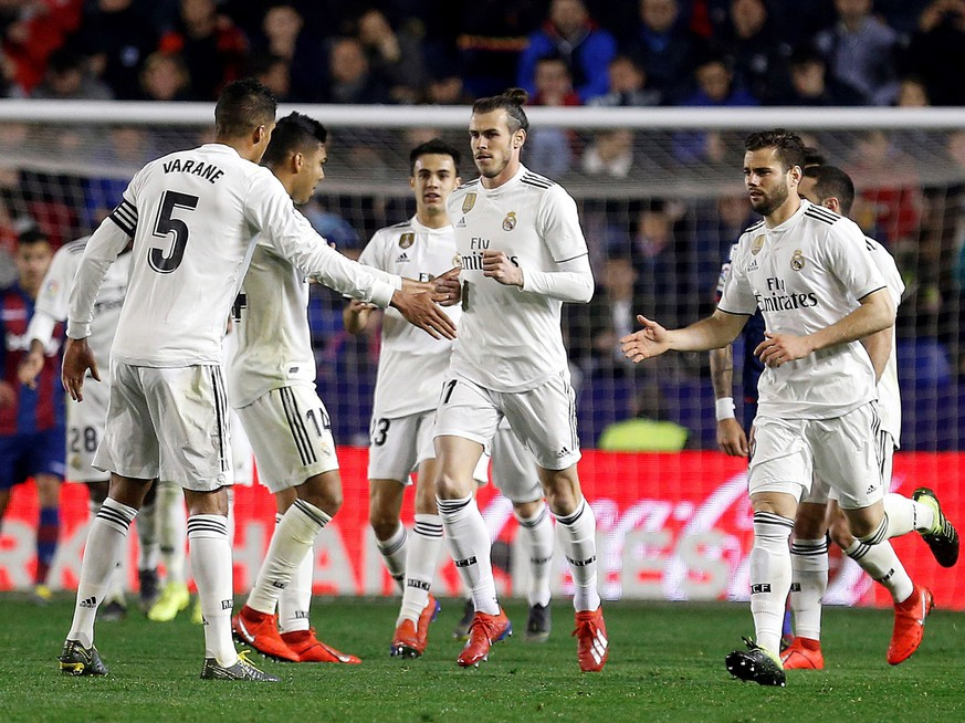 epa07394085 Real Madrid's Welsh Gareth Bale (C) celebrates with teammates after scoring the 2-1 lead against UD Levante during their LaLiga soccer match played at the Ciutat de Valencia stadiium, in Valencia, Spain, 24 Febraury 2019.  EPA/MIGUEL ANGEL POLO