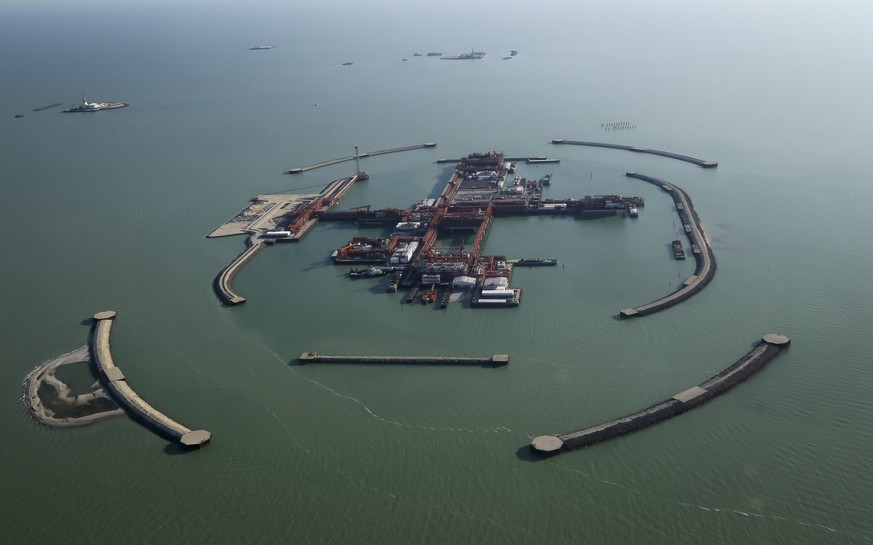 An aerial view shows the artificial islands at the Kashagan offshore oil field in the Caspian sea in western Kazakhstan in this October 16, 2013 file photograph. To match Insight OIL-KASHAGAN/ REUTERS/Stringer/Files (KAZAKHSTAN - Tags: BUSINESS ENERGY ENVIRONMENT)
