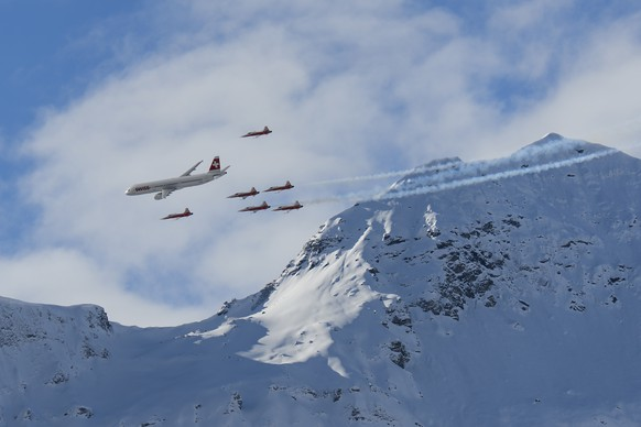 """An Airbus commercial plane of Swiss International Air Lines flies with fighter jets of the """"Patrouille Suisse"""" (Swiss patrol) during the FIS Alpine Ski World Cup season at the Lauberhorn, in Wengen, Switzerland, Friday, January 15, 2016. (KEYSTONE/Jean-Christophe Bott)"""