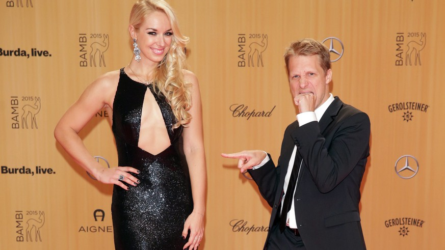 epa05022372 German comedian Oliver Pocher (R) and his girlfriend, German tennis player Sabine Lisicki, arrive for the 67th Bambi awards ceremony in Berlin, Germany, 12 November 2015. Around 800 guests from the fields of film, performance, politics and music have been invited to the gala.  EPA/JOERG CARSTENSEN