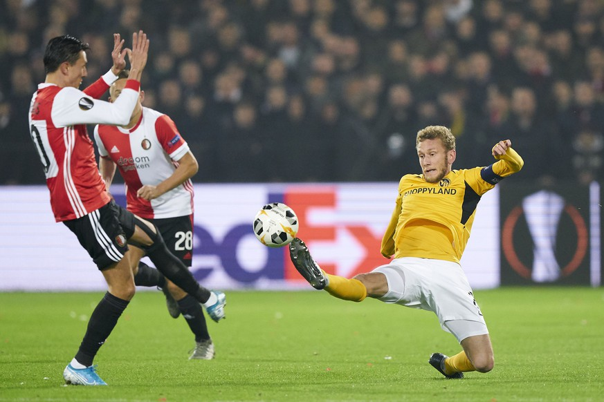 epa07979882 Steven Berghuis of Feyenoord Rotterdam in action against Fabian Lustenberger of BSC Young Boys (R) during the UEFA Europa League group G soccer match between Feyenoord Rotterdam and BSC Young Boys in Rotterdam, The Netherlands, 07 November 2019.  EPA/Tom Bode
