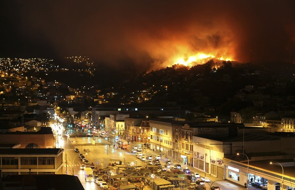 A forest fire burns in Valparaiso city, northwest of Santiago, April 12, 2014. More than 50 homes were burned due to the forest fire but there have been no reports of death or injuries, local authorities said. REUTERS/Cesar Pincheira (CHILE - Tags: DISASTER ENVIRONMENT)