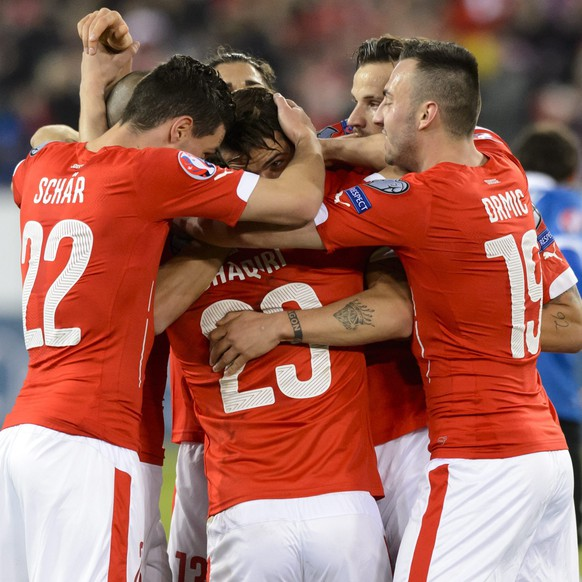 epa04682577 Swiss national team soccer players celebrate the second goal next to Estonia's midfielder Ilja Antonov, right, during the UEFA EURO 2016 group E qualifying football match Switzerland against Estonia at the Swissporarena in Lucerne, Switzerland, Friday, March 27, 2015.  EPA/LAURENT GILLIERON