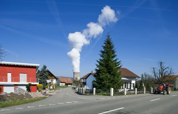 Dampfschwaden aus dem Kuehlturm des Kernkraftwerks Leibstadt, aufgenommen am 12. Maerz 2007 in Leibstadt. Das AKW liegt am Schweizer Ufer des Rheins, nahe zu Deutschland. Seit 1978 sind die deutschen AnwohnerInnen berechtigt, bei Vorhaben, die Leibstadt betreffen, Einsprueche einzubringen. Das Kernkraftwerk wurde 1984 in Betrieb genommen. (KEYSTONE/Gaetan Bally)  A plume of evaporated cooling water streams out of the cooling tower of the nuclear power plant of Leibstadt, Switzerland, pictured on March 12, 2007. The nuclear power plant is located near Germany on the Swiss side of the riverbank of the Rhine. German residents are entitled to raise an objection concerning matters of the power plant Leibstadt since 1978. The power plant was ready for commercial use in 1984 after 10 years of planning and constructing. Leibstadt is the biggest nuclear power plant in Switzerland. (KEYSTONE/Gaetan Bally) *** NO SALES, NO ARCHIVES ***