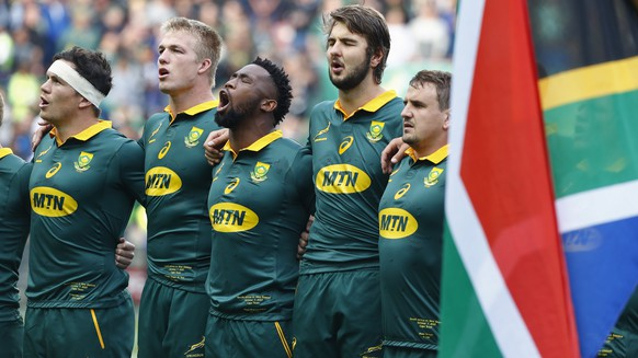 epa06250801 Members of the South African team sing the national anthem ahead of the Rugby Championship test match between South Africa and New Zealand at Newlands Stadium in Cape Town, South Africa, 07 October 2017.  EPA/NIC BOTHMA