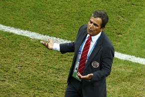 Costa Rica's coach Jorge Luis Pinto gestures during the 2014 World Cup round of 16 game between Costa Rica and Greece at the Pernambuco arena in Recife June 29, 2014.  REUTERS/Ruben Sprich (BRAZIL  - Tags: SOCCER SPORT WORLD CUP)