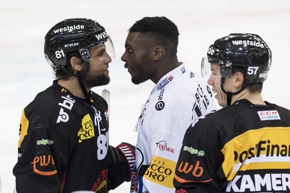 Berns Thomas Ruefenacht, links, streitet sich mit Fribourgs Nelson Chiquet im Eishockey Meisterschaftsspiel der National League zwischen dem SC Bern und dem HC Fribourg-Gotteron, am Samstag, 18. November 2017, in der PostFinance Arena in Bern. (KEYSTONE/Peter Schneider)