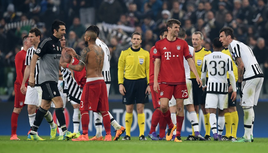 TURIN, ITALY - FEBRUARY 23:  Thomas Muller of Bayern Muenchen exchanges words with Mario Mandzukic of Juventus following the final whistle during the UEFA Champions League round of 16, first leg match between Juventus and FC Bayern Muenchen at Juventus Arena on February 23, 2016 in Turin, Italy.  (Photo by Matthias Hangst/Bongarts/Getty Images)