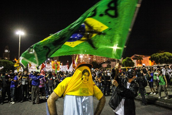 epa04208230 Demonstrators protests against the FIFA soccer World Cup Brazil 2014 in Rio de Janeiro, Brazil, 15 May 2014. Protesters held rallies against the high costs of the tournament and called instead for improved public services in several Brazilian cities.  EPA/Antonio Lacerda