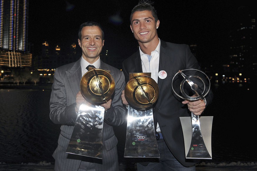 epa03044492 Real Madrid soccer player, Portuguese Cristiano Ronaldo (R), and his manager Jorge Mendes (L), pose with the trophies won during the Globe Soccer Awards ceremony held at Dubai, UAE, 28 December 2011. (KEYSTONE/EPA/JORGE MONTEIRO)