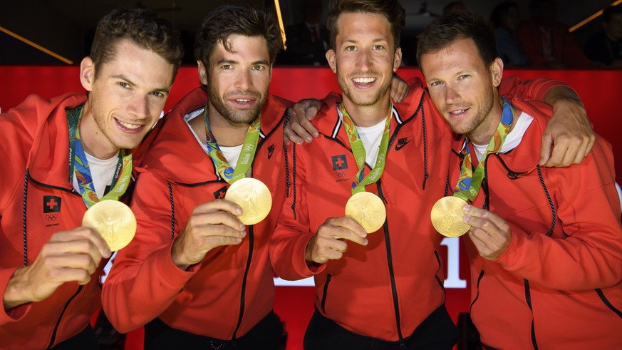 From left, Lucas Tramer, Mario Gyr, Simon Schuerch, Simon Niepmann and Mario Gyr of Switzerland pose with  their gold medal after winning in the Lightweight-Four during a medal celbration in the House of Switzerland, HoS, at the Rio 2016 Summer Olympics in Rio de Janeiro, Brazil, Thursday, August 11, 2016. (KEYSTONE/Laurent Gillieron)