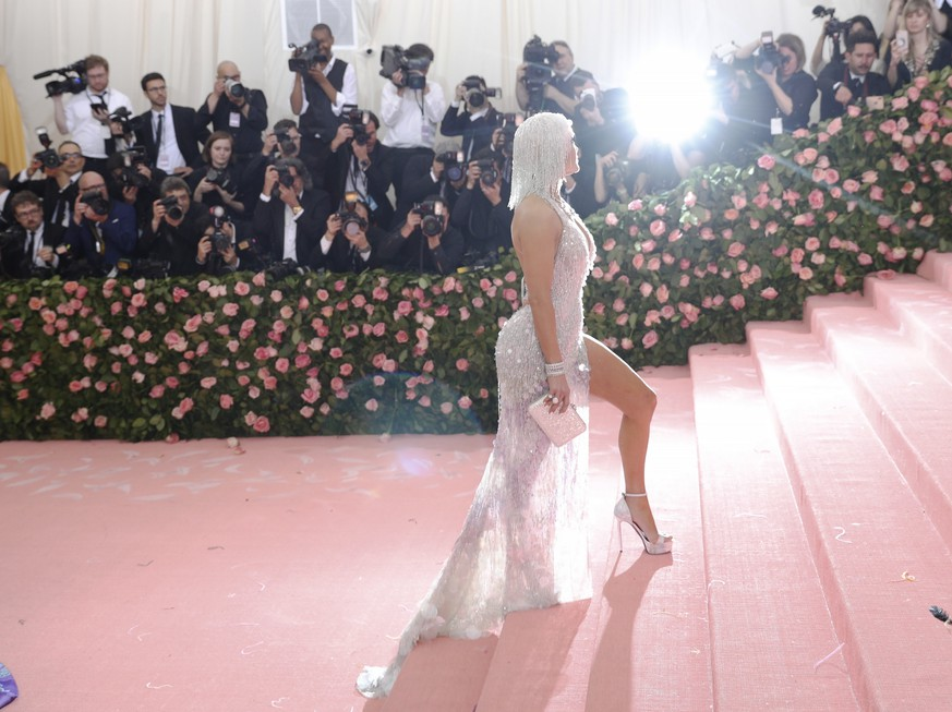 epa07552399 Jennifer Lopez arrives on the red carpet for the 2019 Met Gala, the annual benefit for the Metropolitan Museum of Art's Costume Institute, in New York, New York, USA, 06 May 2019. The event coincides with the Met Costume Institute's new spring 2019 exhibition, 'Camp: Notes on Fashion', which runs from 09 May until 08 September 2019.  EPA/JUSTIN LANE