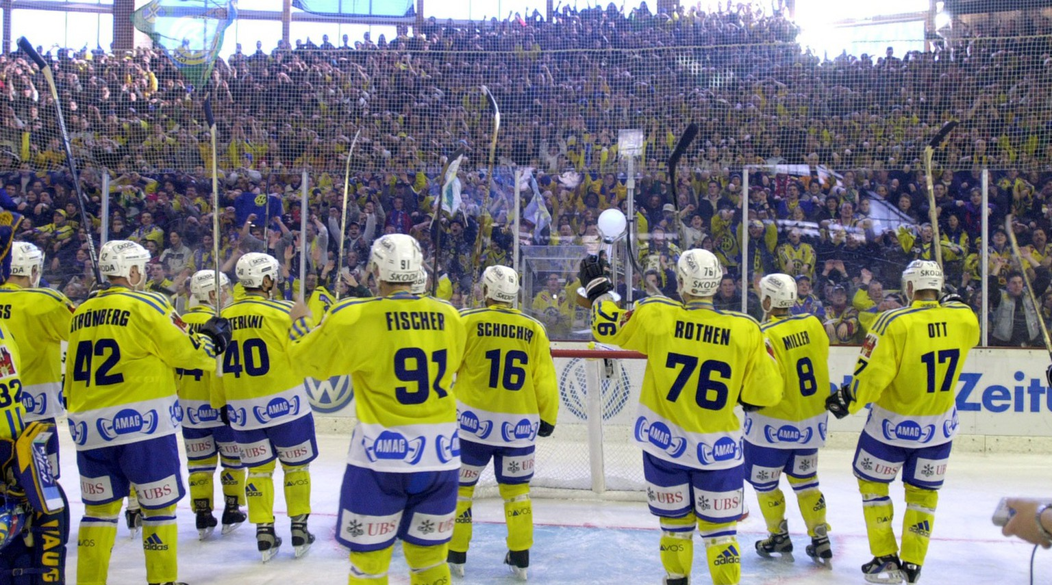 HC Davos won the Spengler Cup final against Canada Selects, Sunday, December 31, 2000, in Davos, Switzerland. It's the first time since 1958 that the Swiss club won this Ice Hockey tournament. (KEYSTONE/Edi Engeler)