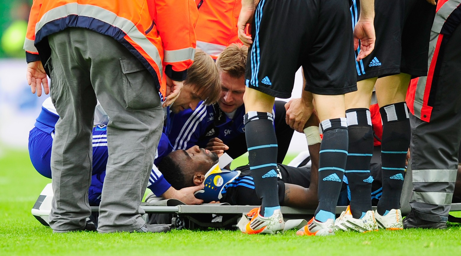 FUERTH, GERMANY - MAY 18:  Johan Djourou (C) of Hamburg receives medical treatment during the Bundesliga Playoff Second Leg match between SpVgg Greuther Fuerth and Hamburger SV at Trolli-Arena on May 18, 2014 in Fuerth, Germany.  (Photo by Lennart Preiss/Bongarts/Getty Images)