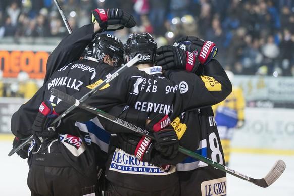 La joie du HC Fribourg-Gotteron apres le deuxieme but, lors du match du championnat suisse de hockey sur glace de National League entre le HC Fribourg-Gotteron et le HC Davos ce samedi, 4 novembre 2017 a la BCF Arena de Fribourg. (KEYSTONE/Cyril Zingaro)