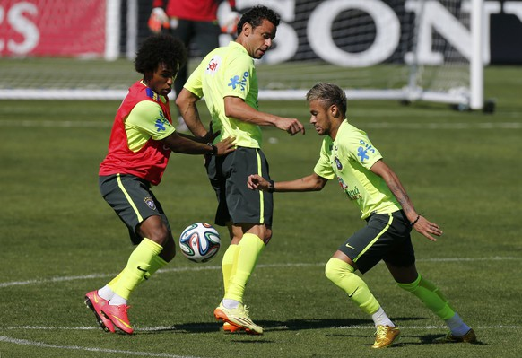 Brazil's national soccer team players Wilian (L), Fred (C) and Neymar fight for the ball during a training session in Teresopolis, near Rio de Janeiro, July 2, 2014.  REUTERS/Marcelo Regua    (BRAZIL  - Tags: SOCCER SPORT WORLD CUP)