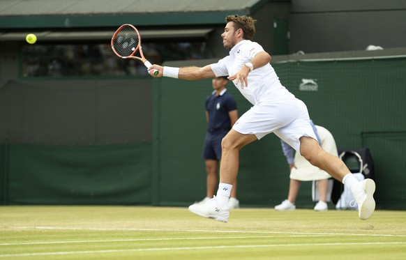 epa04837291 Stan Wawrinka of Switzerland returns to Richard Gasquet of France in their quarter final match during the Wimbledon Championships at the All England Lawn Tennis Club, in London, Britain, 08 July 2015.  EPA/FACUNDO ARRIZABALAGA EDITORIAL USE ONLY/NO COMMERCIAL SALES