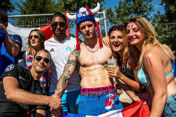 epa05418580 French fans pose at the fan zone near the Eiffel Tower prior to the UEFA EURO 2016 final match between Portugal and France in Paris, France, 10 July 2016.  EPA/CHRISTOPHE PETIT TESSON
