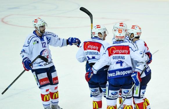 11.10.2014; Lugano; Eishockey NLA - HC Lugano - ZSC Lions; Luca Cunti (L, Zuerich) jubelt mit seinen Teamkollegen nach dem Tor zum 1:1 von Severin Blindenbacher (Michela Locatelli/freshfocus)