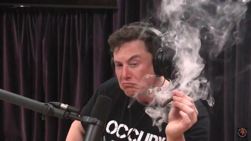 Elon Musk : Kiffer-Auftritt und Personalabgänge - Tesla-Aktie stürzt ab