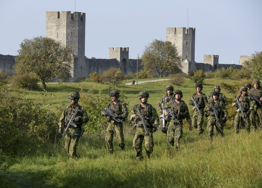 epa05824527 (FILE) - A file photograph showing soldiers from the Swedish Army's Skaraborg Armoured Regiment patroling outside Visby's 13th century city wall during a military maneuver in Visby, on the island of Gotland, 14 September 2016. Media reports on 02 March 2017 state that the Swedish government has decided to reintroduce military conscription, meaning that 4,000 men and women will be called up for service from 01 January 2018 according to the Swedish Defence Ministry.  EPA/SOREN ANDERSSON SWEDEN OUT *** Local Caption *** 53017238