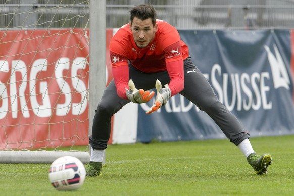 epa04967678 Roman Buerki in action during a training session with the Swiss national soccer team, in Freienbach, Switzerland, 07 October 2015. Switzerland will face San Marino for a European Championships qualification match on Friday, 09 October.  EPA/ANTHONY ANEX