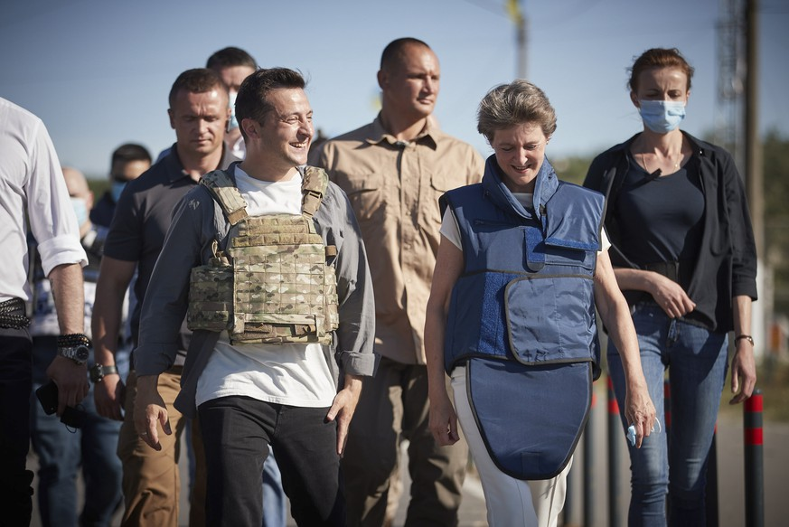 epa08562997 A handout photo made available by Presidential Press Office shows Swiss President Simonetta Sommaruga (R) and Ukrainian President Volodymyr Zelensky (L) wearing bullet-proof vests walk during their working trip to the Donetsk and Luhansk regions, eastern Ukraine, 23 July 2020. Sommaruga arrived in Ukraine on 21 July for her state visit to meet with top Ukrainian officials and to visit eastern Ukraine.  EPA/PRESIDENTIAL PRESS SERVICE / HANDOUT  HANDOUT EDITORIAL USE ONLY/NO SALES