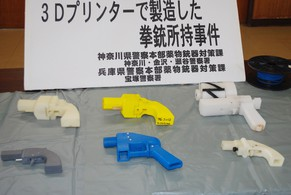 Seized plastic made guns produced by a 3-D printer are displayed at a police station in Yokohama on May 8, 2014.  A Japanese man suspected of possessing guns made with a 3-D printer has been arrested in what was said to be the country's first such detention. Officers who raided the home of Yoshitomo Imura, a 27-year-old college employee, confiscated five weapons, two of which had the potential to fire lethal bullets.   AFP PHOTO / JIJI PRESS    JAPAN OUT
