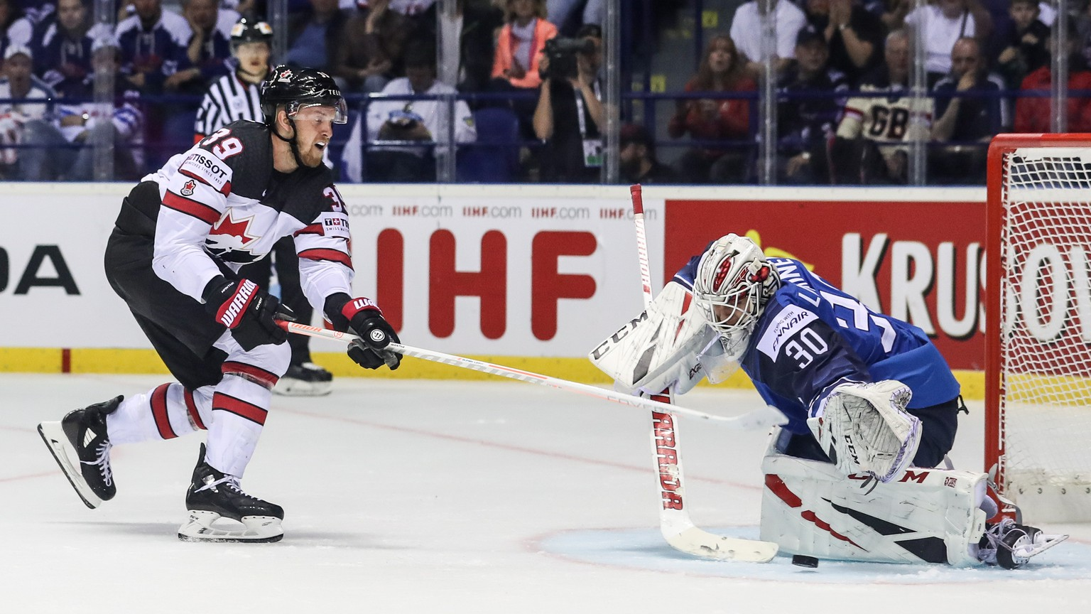 epa07561278 Anthony Mantha of Canada (L) in action against goalkeeper Kevin Lankinen of Finland (R) during the IIHF World Championship group A ice hockey match between Finland and Canada at the Steel Arena in Kosice, Slovakia, 10 May 2019.  EPA/MARTIN DIVISEK