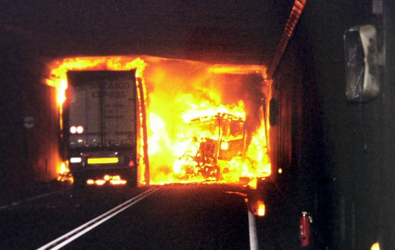 This Police handout picture shows the accident site in the Gotthard tunnel, shortly after the fire broked out, Wednesday, October 24, 2001. At least ten people were killed in a head-on truck crash and fire in a major Alpine tunnel, but officials said safety features prevented a much worse disaster. (KEYSTONE/POLICE CANTONAL TESSIN/Str)  ===  ===