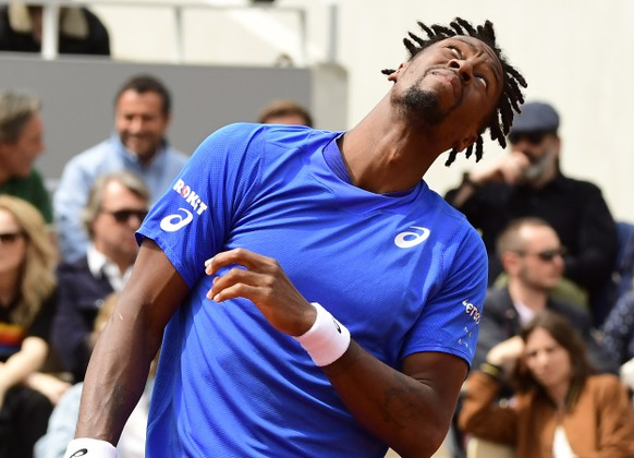 epa07622439 Gael Monfils of France plays Dominic Thiem of Austria during their men's round of 16 match during the French Open tennis tournament at Roland Garros in Paris, France, 03 June 2019.  EPA/CAROLINE BLUMBERG