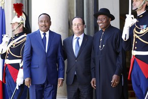 PARIS, FRANCE - MAY 17:  Niger's president Mahamadou Issoufou (L), French President Francois Hollande (C) and Nigeria's President Goodluck Jonathan (R) pose for a picture before an African security summit on May 17, 2014, at the Elysee palace in Paris, France. The African security summit is being held to discuss the Boko Haram threat to regional stability. (Photo by Thierry Chesnot/Getty Images)