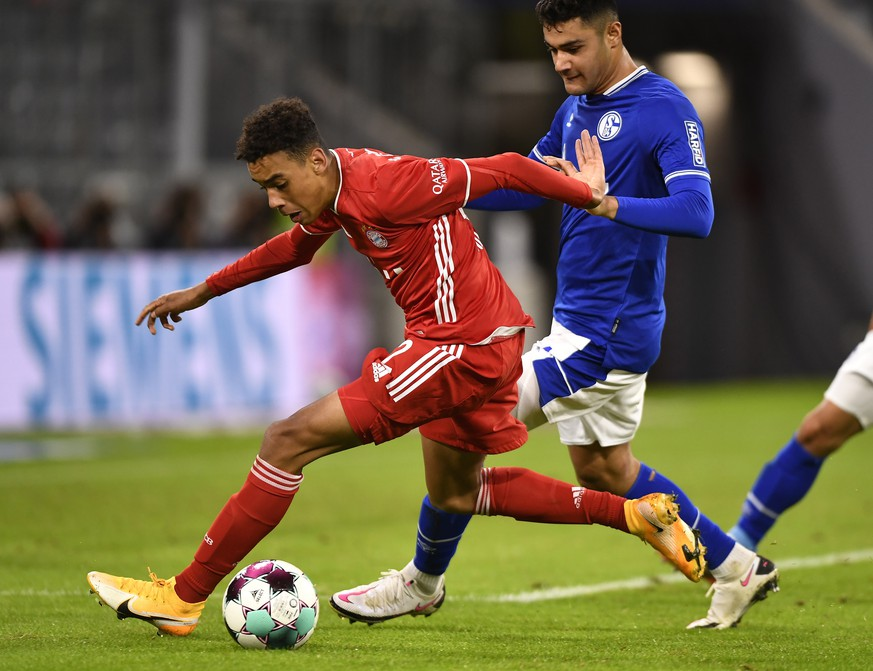 epa08679671 Bayern's Jamal Musiala (L) in action against Schalke's Ozan Kabak (R) during the German Bundesliga soccer match between FC Bayern Munich and FC Schalke 04 in Munich, Germany, 18 September 2020.  EPA/LUKAS BARTH-TUTTAS CONDITIONS - ATTENTION: The DFL regulations prohibit any use of photographs as image sequences and/or quasi-video.