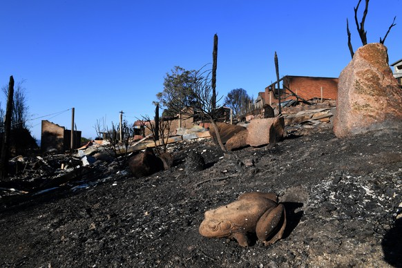 epa06614031 Some of the more than 70 houses and businesses destroyed by a bushfire in the coastal town of Tathra, New South Wales, Australia, 19 March 2018. Rural Fire Service and New South Wales Fire and Rescue continue to mop up and douse smouldering homes after a devastating fire ripped through the community.  EPA/DEAN LEWINS AUSTRALIA AND NEW ZEALAND OUT