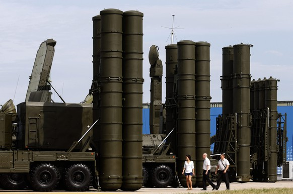 epa04703662 (FILE) A File picture dated 14 August 2014 of Russian anti-aicraft missile systems S-300 (R) and S-400 (L) on display at military industrial exhibition 'Technologies in machine building' during the 'OboronExpo-2014', in the city of Zhukovsky, Moscow region, Russia. Russia on 13 April 2015 lifted a ban on delivering sophisticated surface-to-air defence missiles to Iran, citing recent progress in the nuclear arms talks with Teheran. A 2010 UN resolution does not specifically prohibit Russia from supplying missiles, but calls for states to exercise restraint in arms sales.  EPA/MAXIM SHIPENKOV *** Local Caption *** 51520786