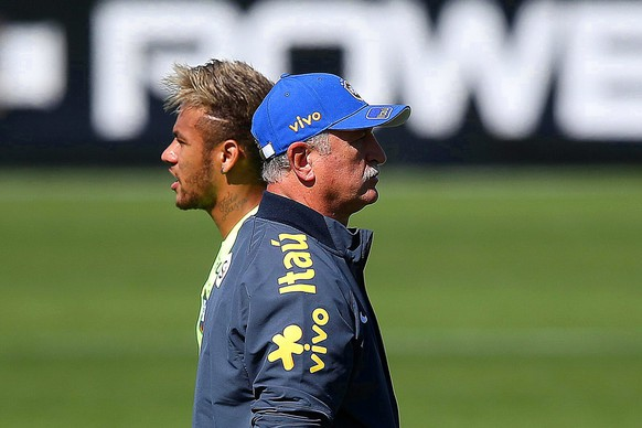 epa04296067 Brazilian national soccer team striker Neymar (L) and head coach Luiz Felipe Scolari (R) attend their team's training session at the Brazilian Football Confederation (CBF) training center, also known as Granja Comary, in Teresopolis, Brazil, 02 July 2014. Brazil will face Colombia in the FIFA World Cup 2014 quarter final match in Fortaleza on 04 July 2014.  EPA/MARCELO SAYAO