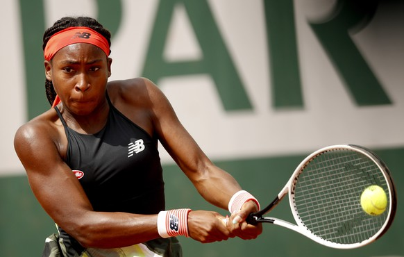 epa09245136 Coco Gauff of the USA in action against Wang Qiang of China during their second round match at the French Open tennis tournament at Roland Garros in Paris, France, 03 June 2021.  EPA/YOAN VALAT
