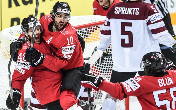 epa04735613 Switzerland's Maththias Bieber (L),   Andres Umbuhl (C) and Switzerland's Eric Blum celebrate a goal during the Ice Hockey World Championship 2015 group A match between the Switzerland and Latvia at O2 Arena in Prague, Czech Republic, 06 May 2015.  EPA/FILIP SINGER
