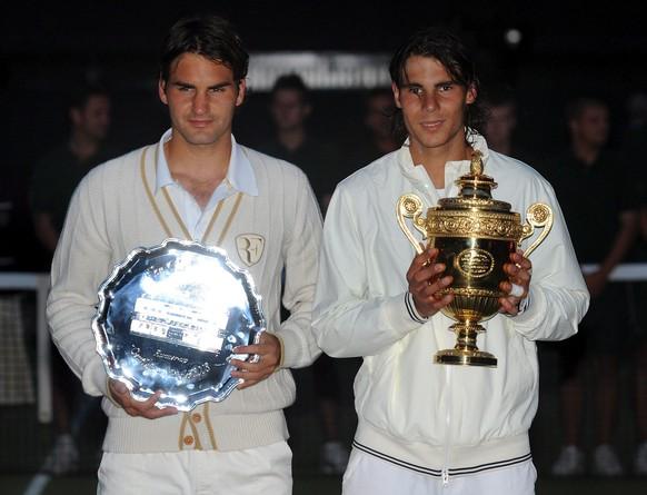 ZUM MAENNER-FINAL AN DEN AUSTRALIAN OPEN 2017 ZWISCHEN ROGER FEDERER UND RAFAEL NADALSTELLEN WIR IHNEN FOLGENDES BILDMATERIAL ZUR VERFUEGUNG - epa01406449 Rafael Nadal of Spain (R) poses with the winner's trophy following his victory over Roger Federer of Switzerland (L) in their men's final for the Wimbledon Championships at the All England Lawn Tennis Club, in London, Britain, 06 July 2008. (KEYSTONE/EPA/VASSIL DONEV)