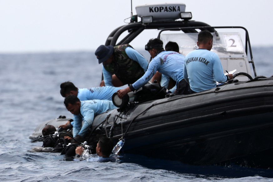 epa07131118 Indonesian Navy Seals dive during the recovery mission for the crashed Lion Air flight JT-610 plane at Tanjung Pakis Sea, West Java, Indonesia 30 October 2018. According to media reports on 29 October 2018, Lion Air flight JT-610 lost contact with air traffic controllers soon after takeoff then crashed into the sea. The flight was en route to Pangkal Pinang, and reportedly had 189 people onboard.  EPA/BAGUS INDAHONO
