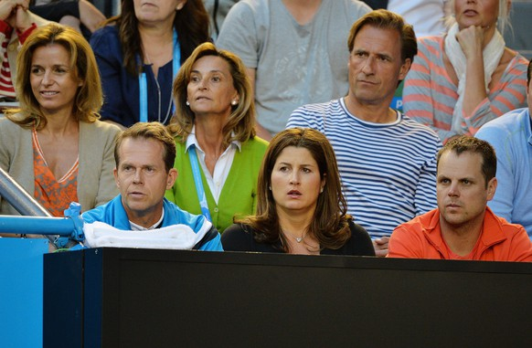 epa04035928 Roger Federer's coach Ivan Lendl (L) and his wife Mirka Federer (C) watch the quarter final match between Britain's Andy Murray and Roger Federer of Switzerland at the Australian Open Grand Slam tennis tournament in Melbourne, Australia, 22 January 2014.  EPA/JOE CASTRO AUSTRALIA AND NEW ZEALAND OUT