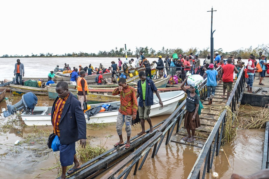 epa07460332 People of Buzi arrive in a boat at Praia Nova in Beira to get shelter after the passage of cyclone Idai in the province of Sofala, central Mozambique, 24 March 2019. Reports state that ome 1.7 million people are said to be affected across southern Africa.  EPA/ANTONIO SILVA