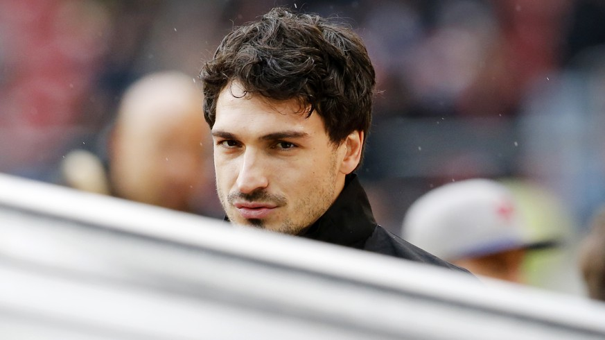 Dortmund's Mats Hummels looks on during the break of a German first division Bundesliga match between VfB Stuttgart and Borussia Dortmund in Stuttgart, Germany, Saturday, April 23, 2016. (AP Photo/Michael Probst)