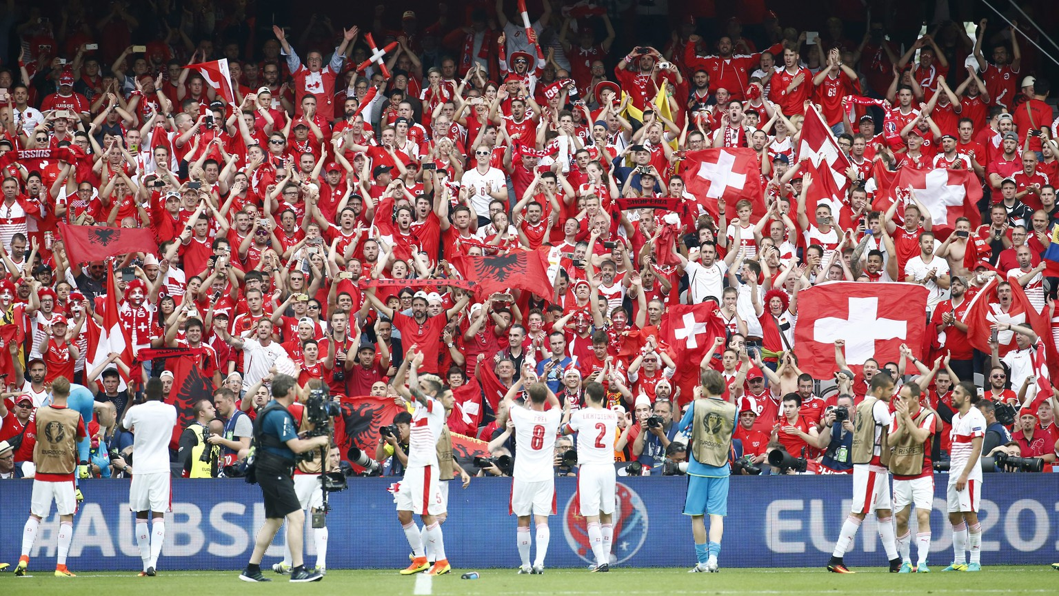 epa05357299 Swiss players reacts with their fans after the UEFA EURO 2016 group A preliminary round match between Albania and Switzerland at Stade Bollaert-Delelis in Lens Agglomeration, France, 11 June 2016.