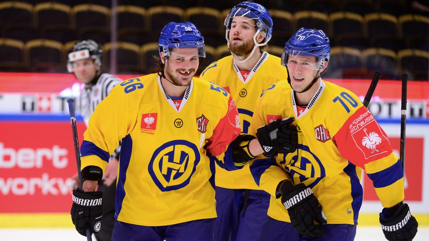 Davos Enzo Corvi, right, celebrates with team mate Dino Wieser, left, during the Champions Hockey League 1/4 finals ice hockey match between Skelleftea AIK and HC Davos, on Tuesday, December 8, 2015, in the Skelleftea Kraft Arena in Skelleftea, Sweden. (KEYSTONE/TT News Agency/Robert Granstrom)