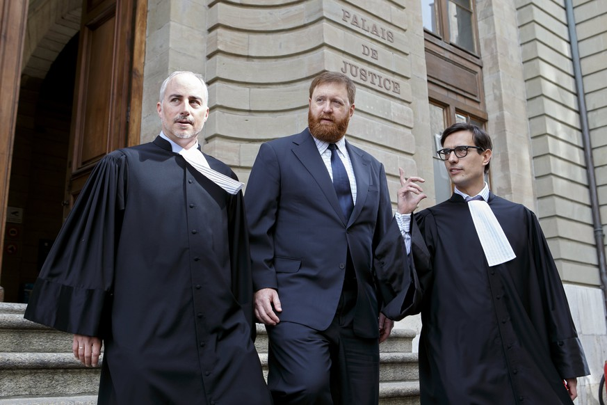 epa06672635 Former head of Guatemala's national police Erwin Sperisen (C) with his lawyers Florian Baier (L) and Giorgio Campa, leave the court house for his appeal process, in Geneva, Switzerland, 16 April 2018. Sperisen, 44, who holds Swiss and Guatemalan citizenship, was sentenced in 2016 after a three-week trial for the deaths of seven prisoners.  EPA/SALVATORE DI NOLFI