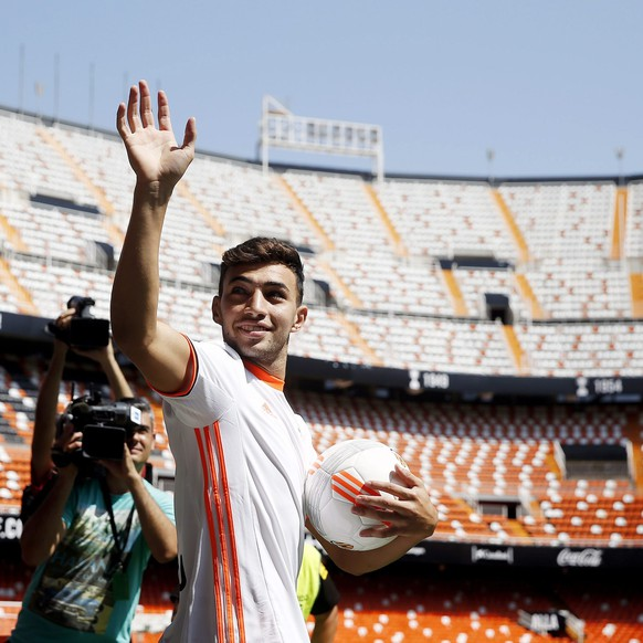 epa05528597 Spanish striker Munir El Haddadi (R), poses during his presentation as new player of Valencia at Mestalla stadium in Valencia, eastern Spain, 07 September 2016. Munir arrives to the Spanish club on loan from FC Barcelona, with a purchase option.  EPA/Kai Foersterling