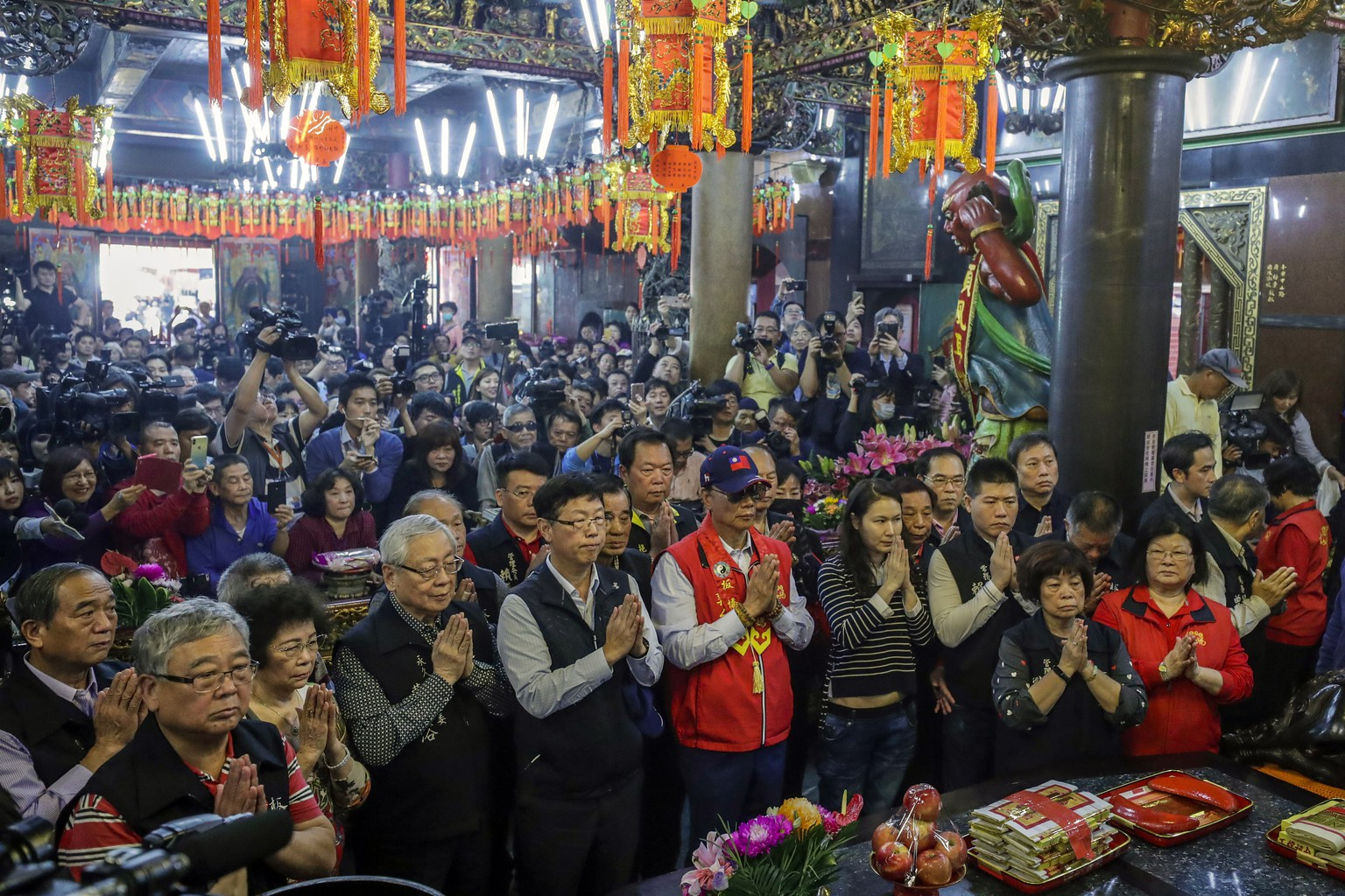 epa07511155 Foxconn founder Terry Gou (C) prays at a temple in New Taipei city, Taiwan, 17 April 2019. On 16 April, Gou announced that he is  considering to run for Taiwan's presidency in 2020.  EPA/RITCHIE B. TONGO