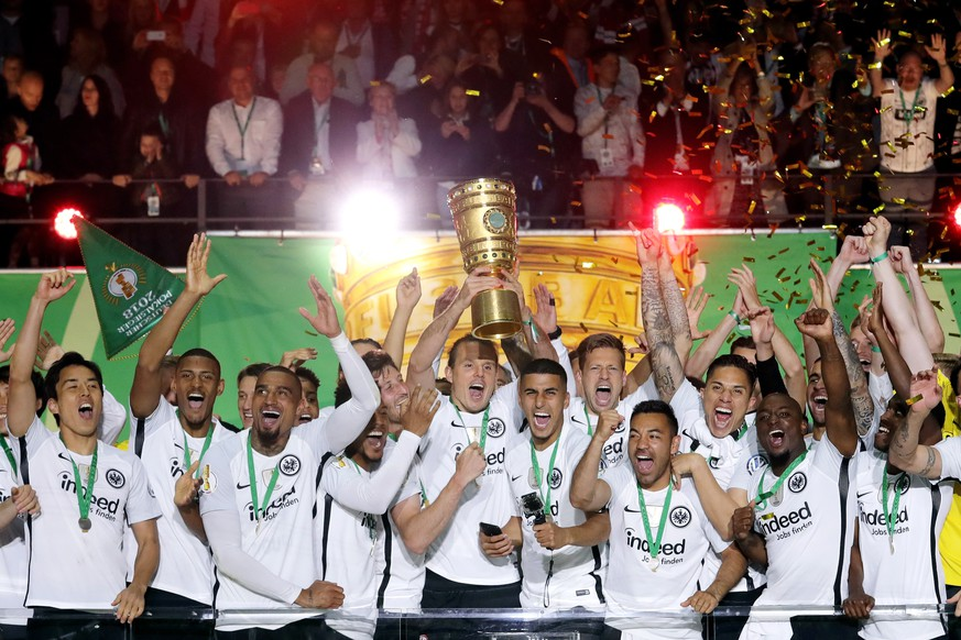 epa06751267 Players of Frankfurt with Alex Meier (C) celebrate with the trophy after winning the German DFB Cup final soccer match between FC Bayern Munich and Eintracht Frankfurt at the Olympic Stadium in Berlin, Germany, 19 May 2018.  (ATTENTION: The DFB prohibits the utilisation and publication of sequential pictures on the internet and other online media during the match (including half-time). ATTENTION: BLOCKING PERIOD! The DFB permits the further utilisation and publication of the pictures for mobile services (especially MMS) and for DVB-H and DMB only after the end of  EPA/ARMANDO BABANI