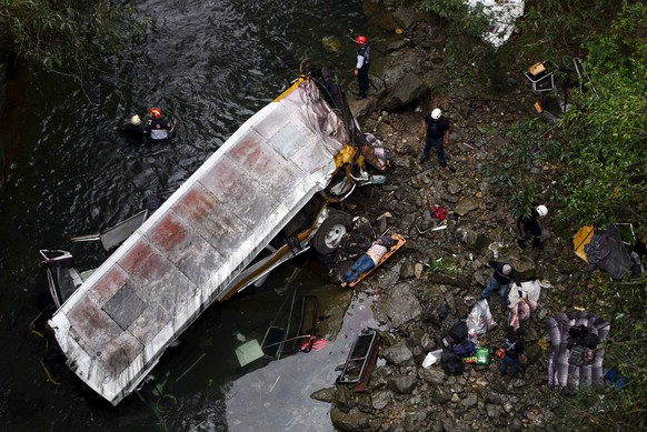 ATTENTION EDITORS - VISUAL COVERAGE OF SCENES OF INJURY OR DEATHA body lies on a stretcher as rescuers survey the crash site of a bus which ran off a highway bridge in Atoyac, in Veracruz state, Mexico, January 10, 2016. Sixteen people died and 10 people were injured in a bus accident in the Gulf coast state of Veracruz, the state government said on Sunday. REUTERS/Yahir Ceballos EDITORIAL USE ONLY. NO RESALES. NO ARCHIVE.